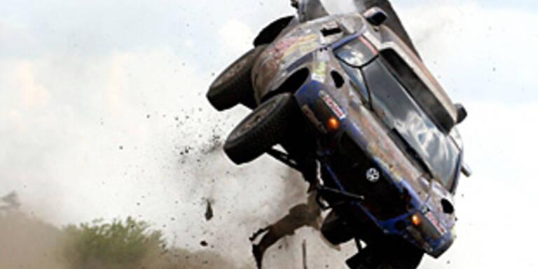 Spektakulärer Überschlag bei Dakar-Rallye