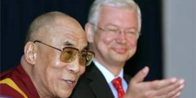 Der Dalai Lama und Roland Koch