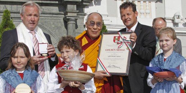 Dörfler ehrt Dalai Lama mit Medaille