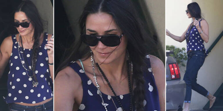 Demi Moore hat sich endlich dazu durchgerungen, die Scheidung von Ashton Kutcher einzureichen und hat es obendrein auf seine Millionen abgesehen. Dass es ihr trotz des Rosenkriegs mit ihrem Ex blendend geht, beweisen die neuesten Fotos von Demi: Energiegeladen und geheimnisvoll schmunzelnd zeigte sich die Schauspielerin jetzt in Beverly Hills. Von Scheidungs-Stress keine Spur! Dass sie im Trennungs-Wirrwarr die Oberhand gewinnt, scheint ihrem Selbstvertrauen richtig gut zu tun…