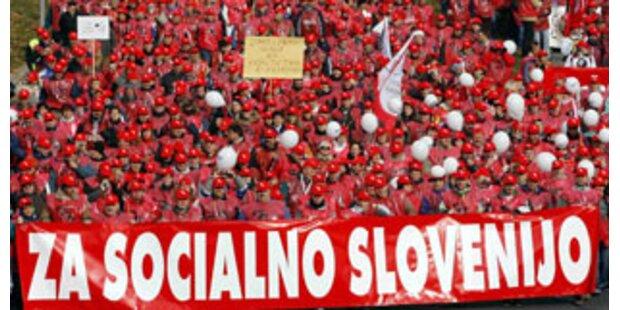 Zehntausende protestieren für höhere Löhne