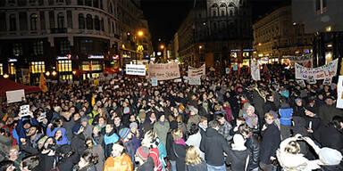 Hunderte protestieren gegen Budgetpläne