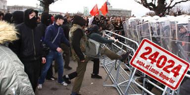 Dieses Foto wurde uns von einem Oe24.at-Leser gesandt. Anarchisten versuchen die Polizeisperren zum Einstürzen zu bringen.