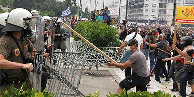 Polizei verteidigt Parlament mit Tränengas