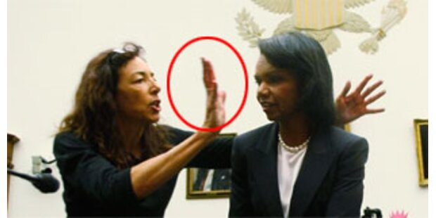 Demonstrantin hält Rice blutige Hände vors Gesicht