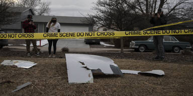Triebwerk explodiert: Flugzeugteile krachen in Wohngebiete
