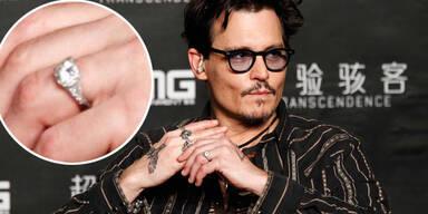 Johnny Depp zeigt seinen Verlobungsring