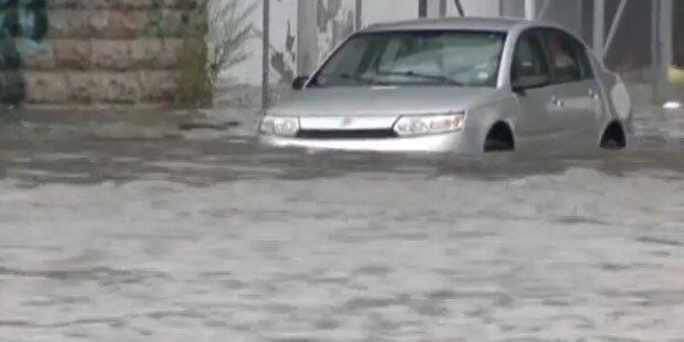 Autos versinken im Dauerregen