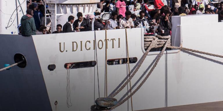 Flüchtlinge verlassen Sizilien