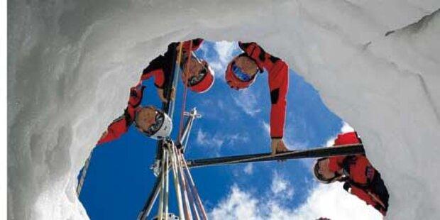 Skifahrer überlebt Sturz in Doline