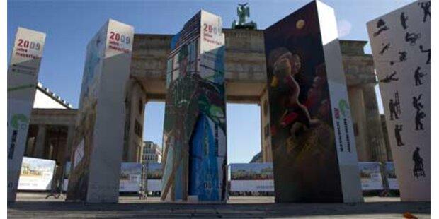 Berliner Mauer aus Dominosteinen