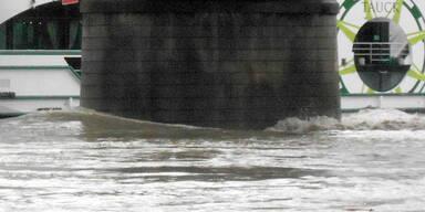 100 Meter-Schiff rammt Donaubrücke