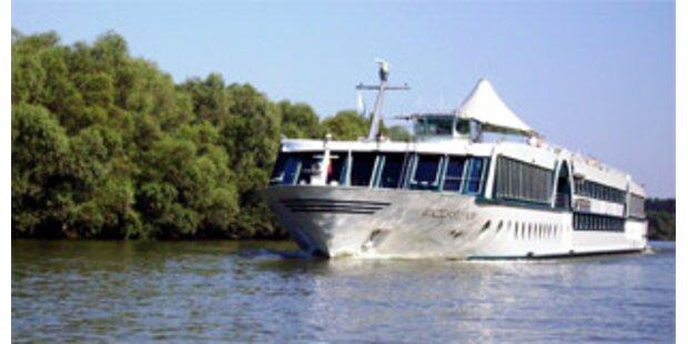 25 Personen von Schiff auf der Donau geborgen