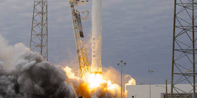 """Transporter """"Dragon"""" an ISS angedockt"""