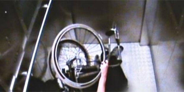 Jugendliche attackieren Rollstuhlfahrer