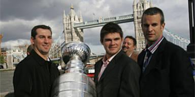 Spieler der Ducks präsentieren den Cup