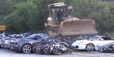 Bulldozer walzt 68 Luxusautos platt