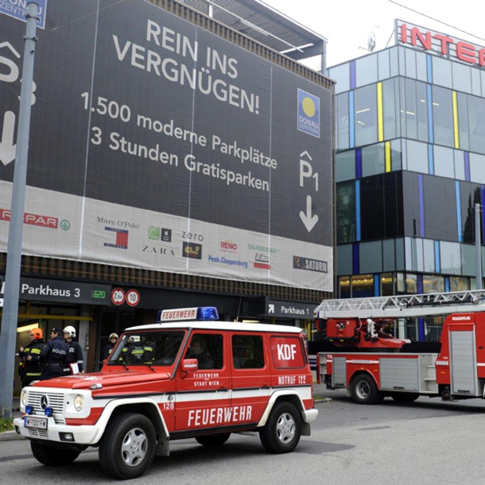 Donauzentrum Nach Pkw Brand Evakuiert