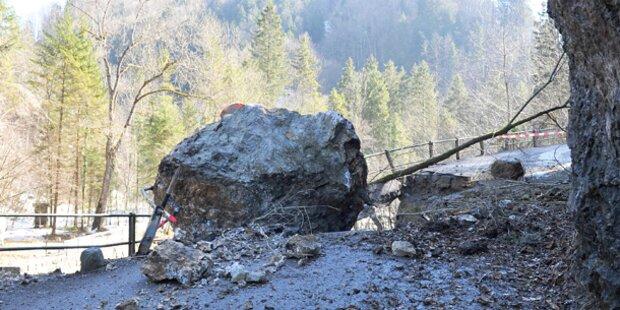 Brücke nach Felssturz zerstört