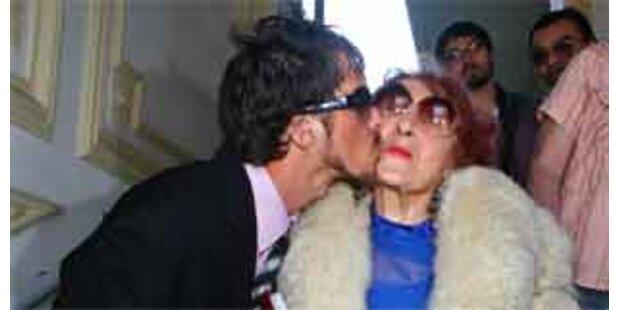 24-Jähriger heiratet 82-jährige Rentnerin