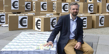 "18 Mrd. Euro ""Falschgeld"" vor Parlament"