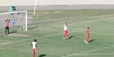 Peinlich: Goalie wirft Ball ins eigene Tor