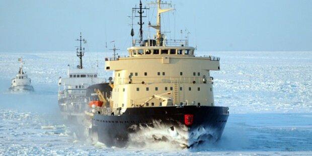 Eisbrecher steckt fest: Rettungseinsatz nicht möglich