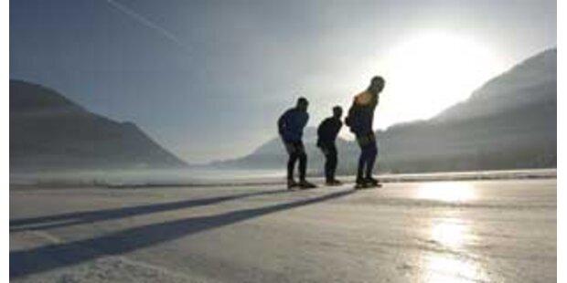 Eisläufer aus kaltem Wasser gerettet