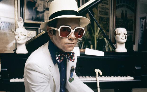 Elton John bereut keine Mode-Eskapaden