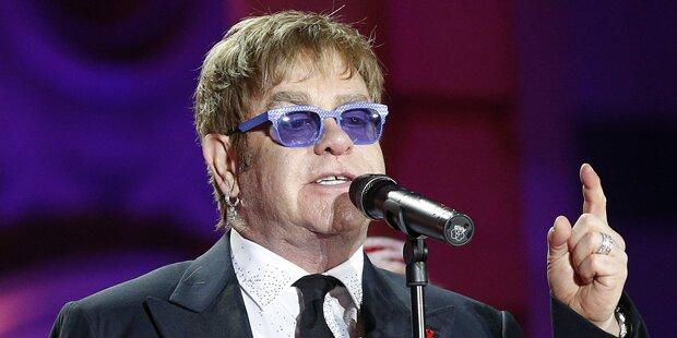 Warum sitzt Elton John im Rollstuhl?