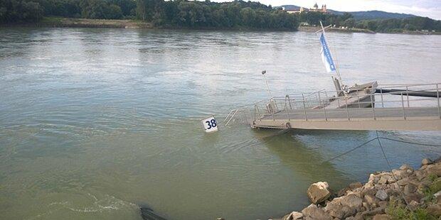 Schiffsanlegestelle in der Donau versunken