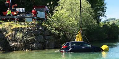 Herrenloses Auto fiel über 50-Meter-Böschung in die Enns