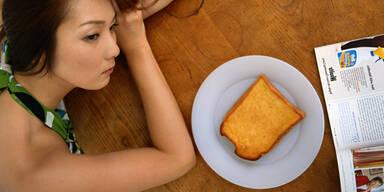 Frau schaut Essen an