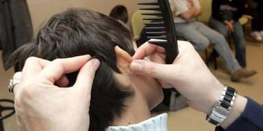 """""""Normale"""" Fälle von Läusen können durch den Einsatz spezieller Shampoos, die in den Apotheken erhältlich sind, gelöst werden."""