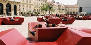 """Die """"Enzis"""" vor dem Wiener Museumsquartier."""