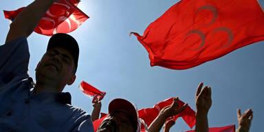 """Für türkischen """"Wolfsgruß"""" droht jetzt Strafe"""