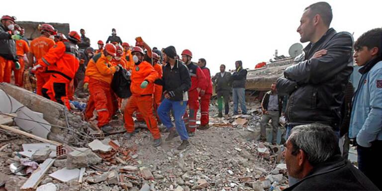 Türkei-Erdbeben: Helfer retten Überlebende