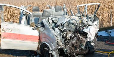Erdgasauto nach Crash in Flammen - Toter