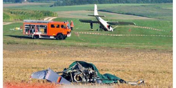 Flugzeug crasht in Hubschrauber