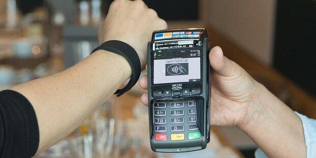 Bezahlen mit Armband und Sticker startet