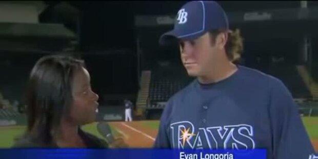 Evan Longoria fängt Ball während Interview