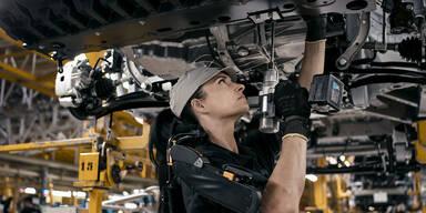 Exoskelett unterstützt Auto-Monteure