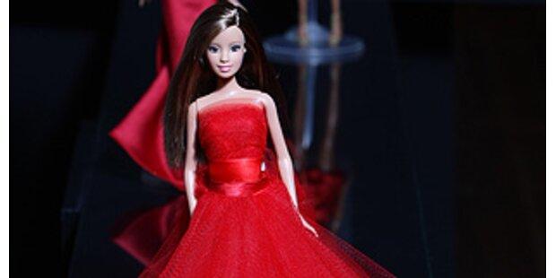 Barbie-Puppen stehen für Designer-Couture