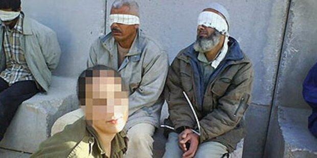 Soldatin posiert mit Gefangenen