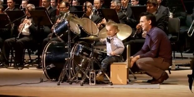 Junger Schlagzeuger wird Facebook-Star