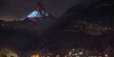 Österreich-Fahne auf das Matterhorn projiziert