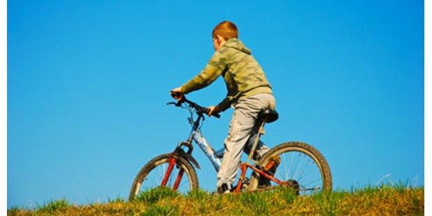 Bub krachte mit Fahrrad gegen Auto