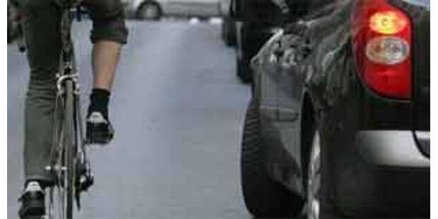Radfahrer prallte beim Telefonieren gegen Auto