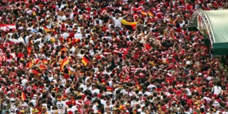 Wiener Fanzone gesperrt - Fans klettern über Zäune