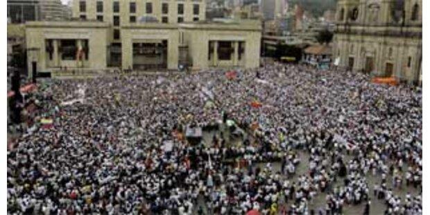 Riesen-Demo für Freilassung aller FARC-Geisel